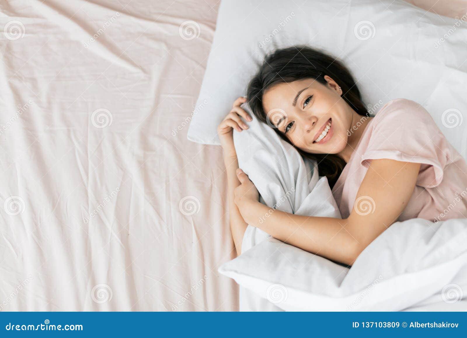 Att charma den positiva flickan är att vila hemma