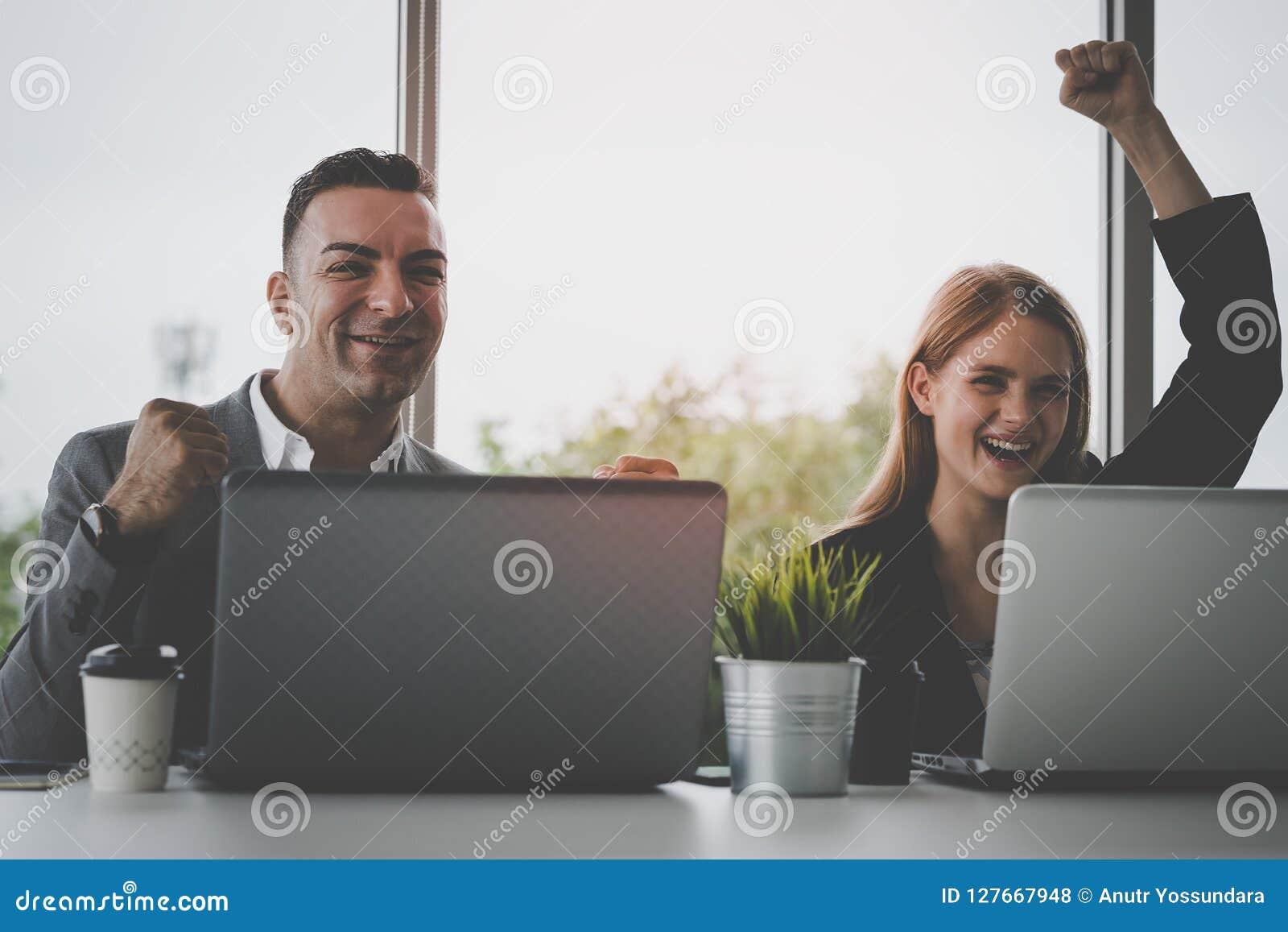 Att fira för framgångaffärspar arbetar tillsammans