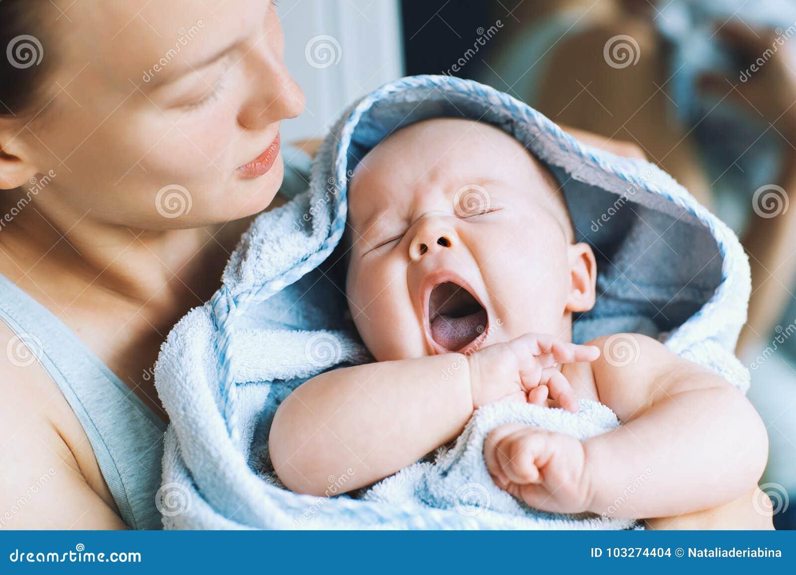 Att gäspa som är mest gullig, behandla som ett barn efter bad med handduken på huvudet