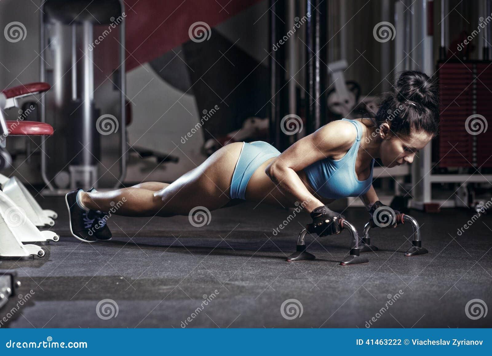 Att göra för konditionkvinna skjuter upp i idrottshallen