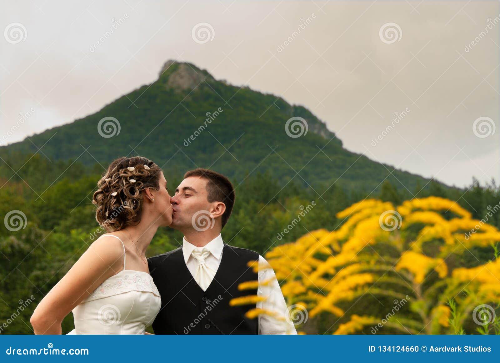 Att gifta sig kyssa för par bara