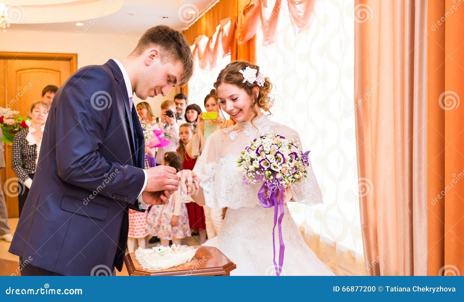 Att gifta sig mig i dag och dagligt, händer av ett heterosexuellt par för bröllop Ansa sätter en cirkel på fingret av hans älskvä