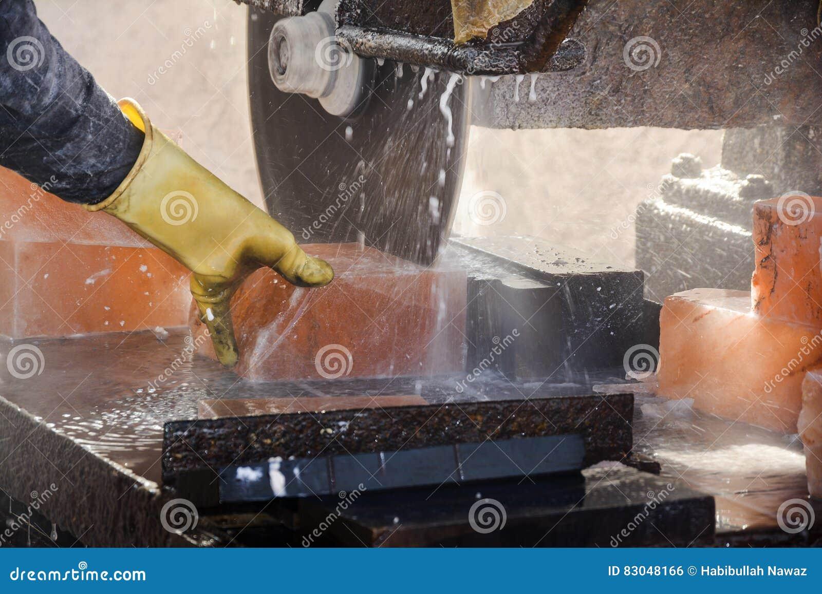 Att klippa vaggar salt för att göra tegelplattor