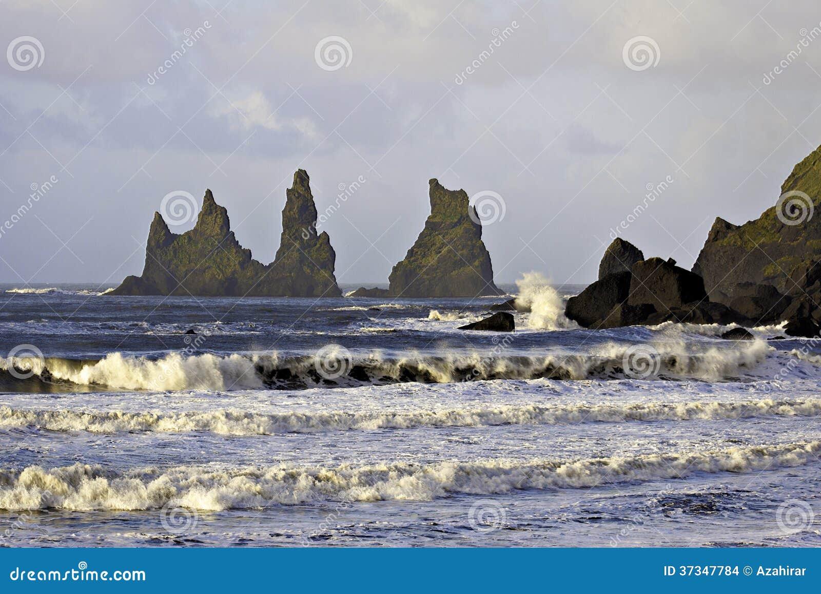 Att krascha vinkar på Reynisdragar havsbuntar