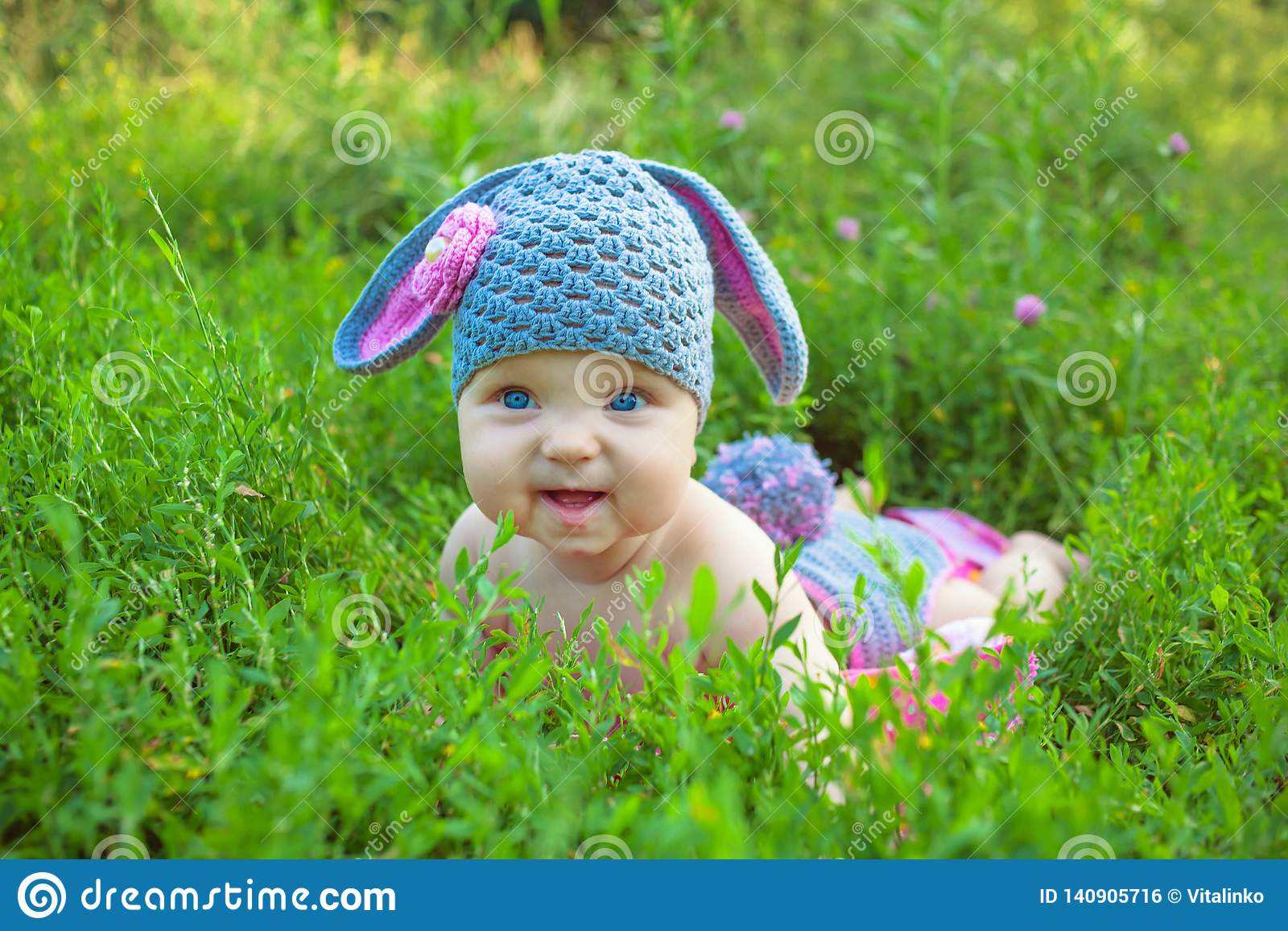 Att le behandla som ett barn ungen som poserar som en påskkanin