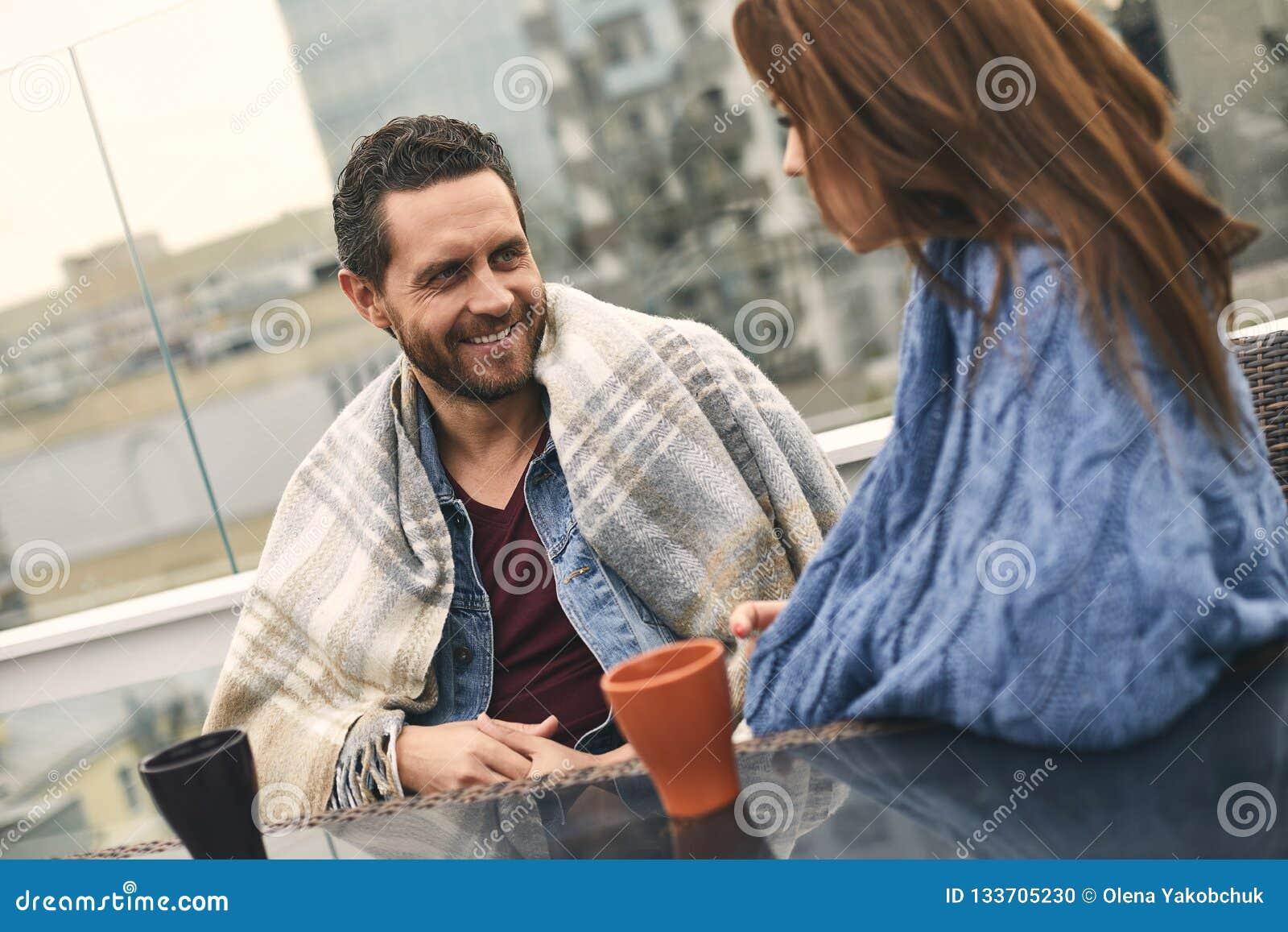 Att le mannen är att spendera tid med kvinnan på terrass