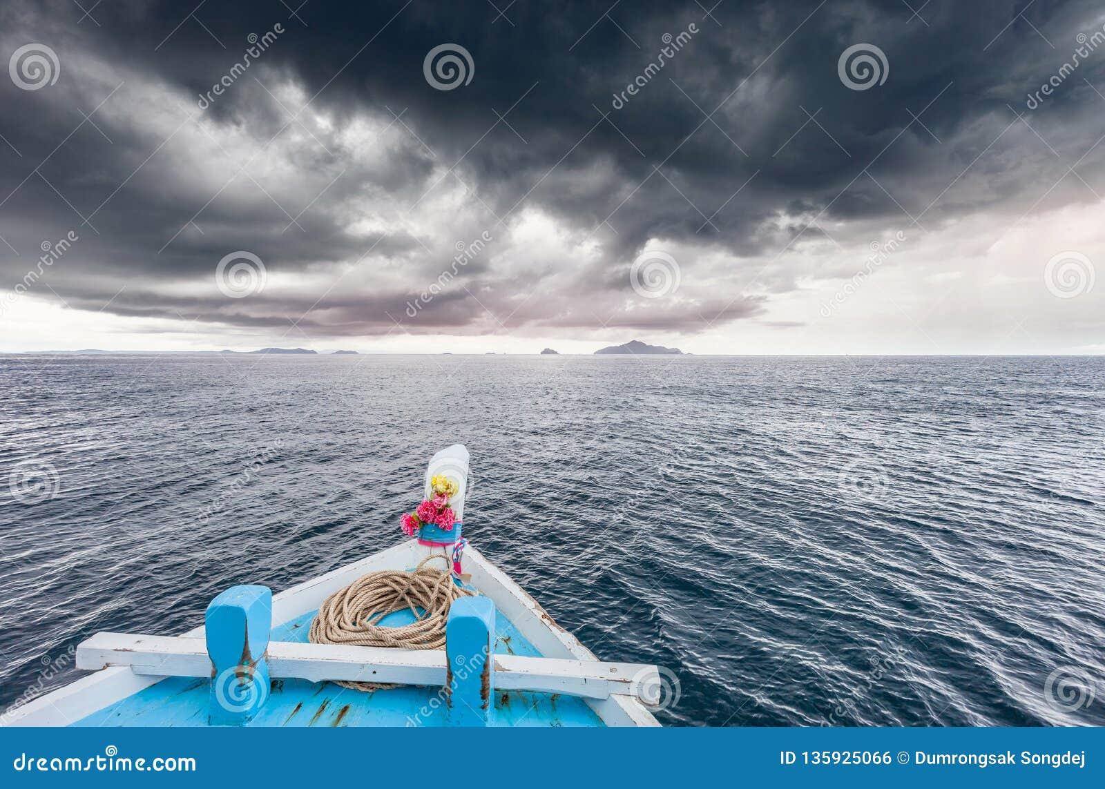 Att resa fartyget för att gå till ön, medan regna strom nära, kommer