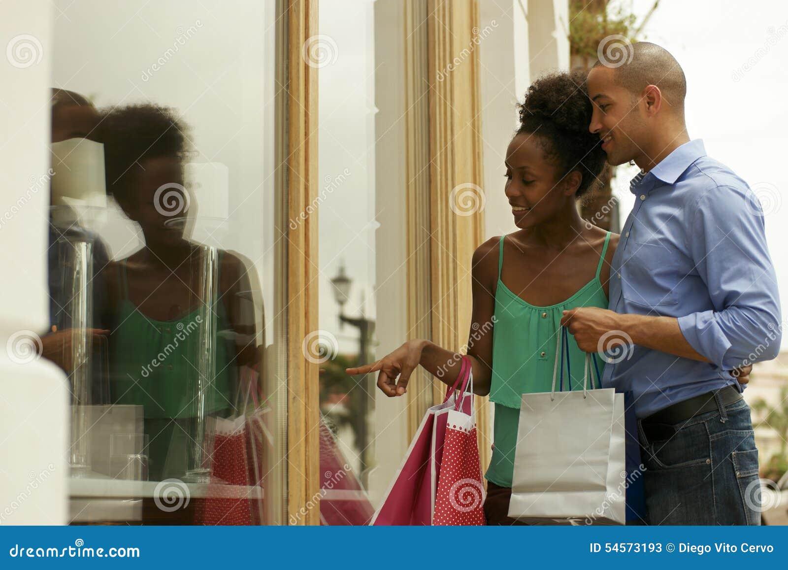 Att se för afrikansk amerikanpar shoppar fönstret i Panama City