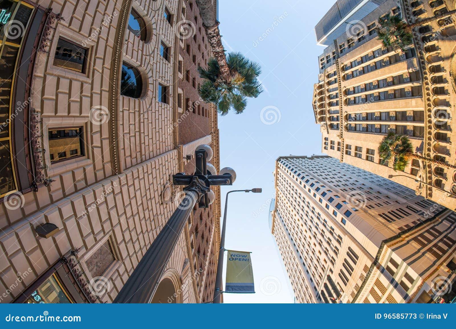 Att se upp på hög klassisk stil står högt i i stadens centrum Los Angele