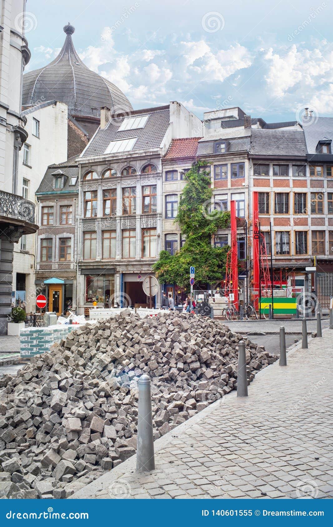Att stenlägga arbetar på gatan av den gamla staden av Liege