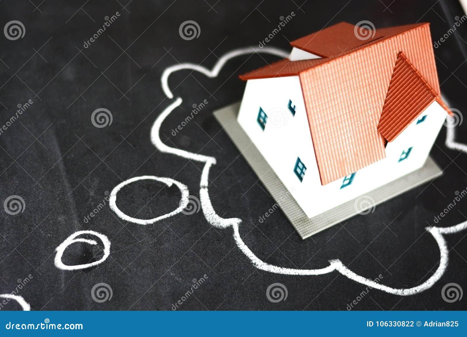 Att tänka som köper ett nytt hus med, skissar och huset för liten modell på svart tavla