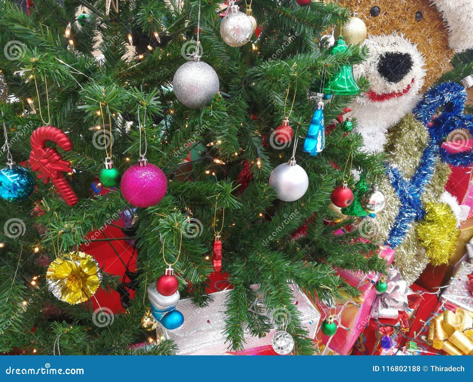 Attaccatura delle decorazioni di Natale