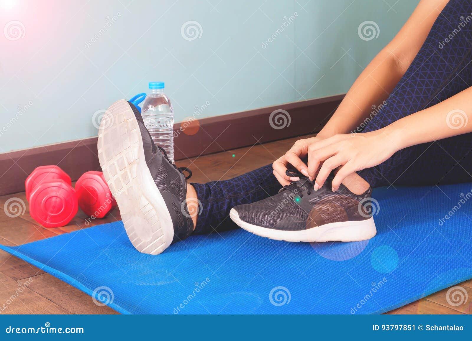 Prête Chaussures Pour Attachant Asiatique De Des SportFemme Étant hCxtdsQr