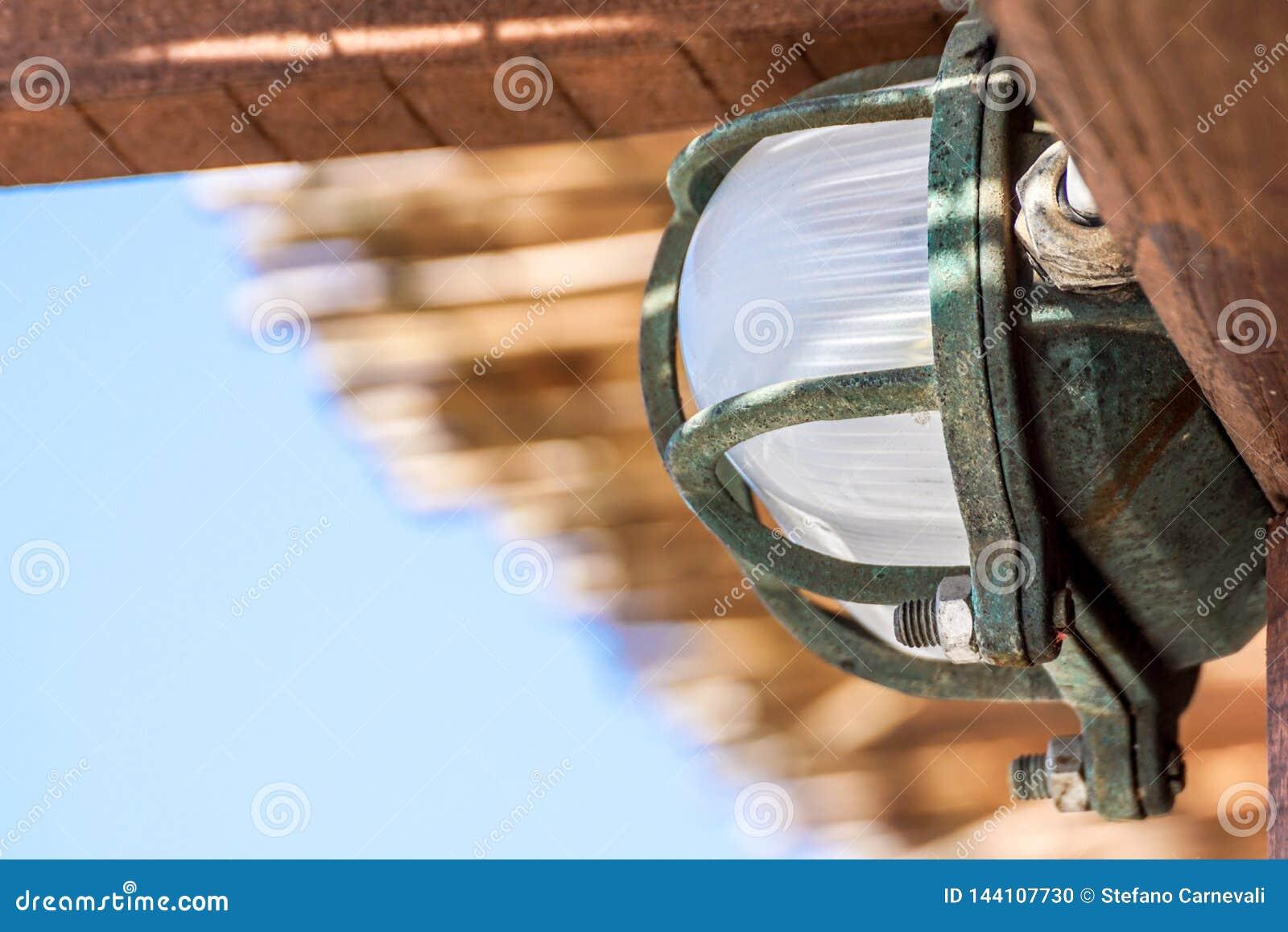 Attache de plafonnier au plafond avec peu à aucun espace entre l appareil d éclairage et le plafond