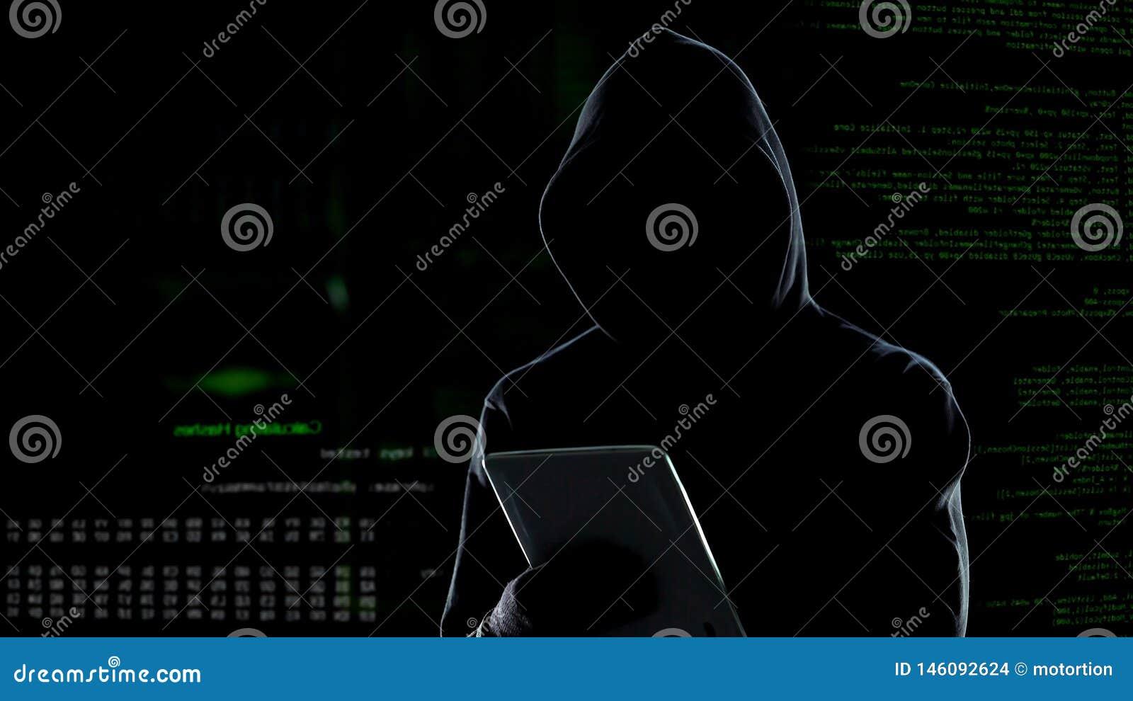 Attaque de Cyber avec le pirate informatique ? capuchon m?connaissable ? l aide de la tablette, cybercriminalit?