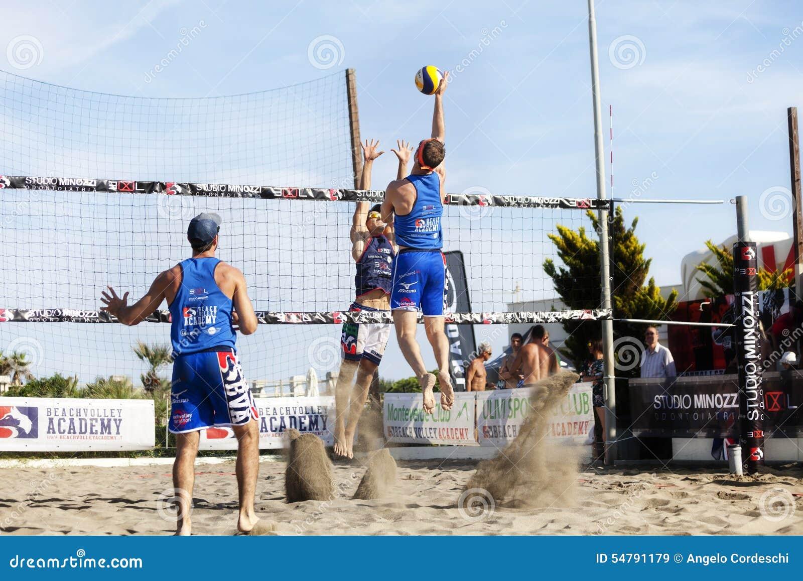 Attaque sautante de transitoire de volleyball de plage d homme d athlète defense