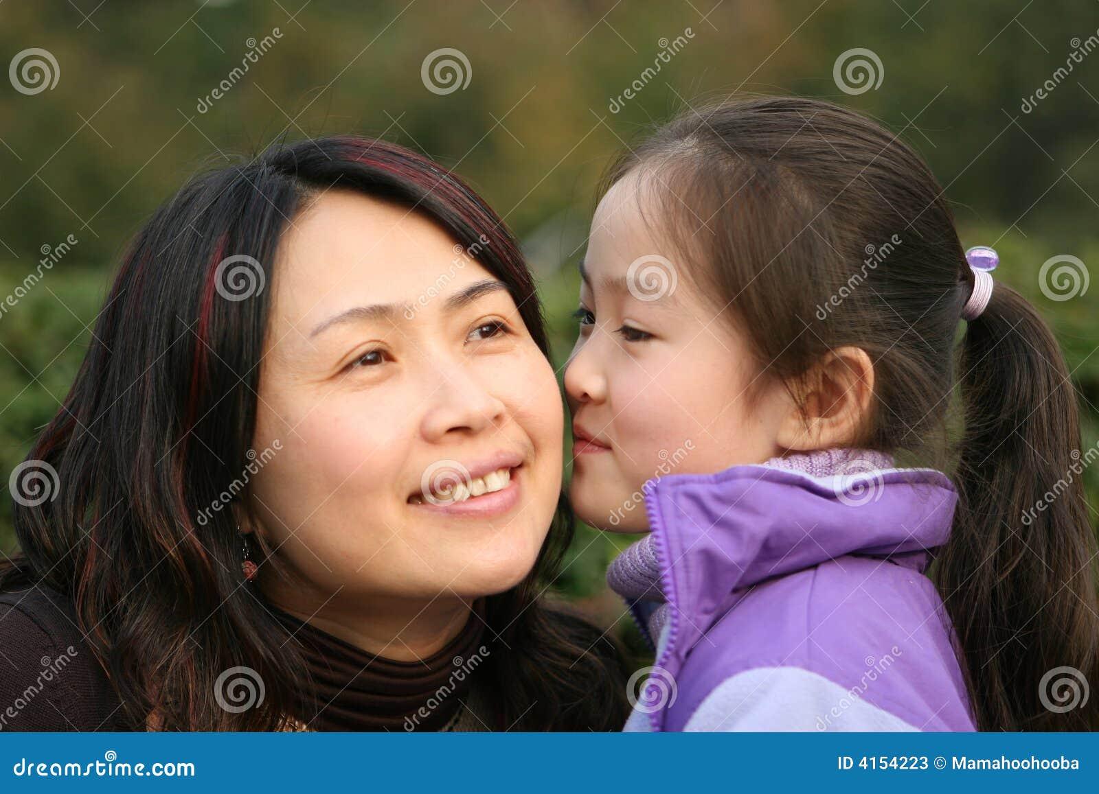 Attend des jeunes de mère de baiser de descendant