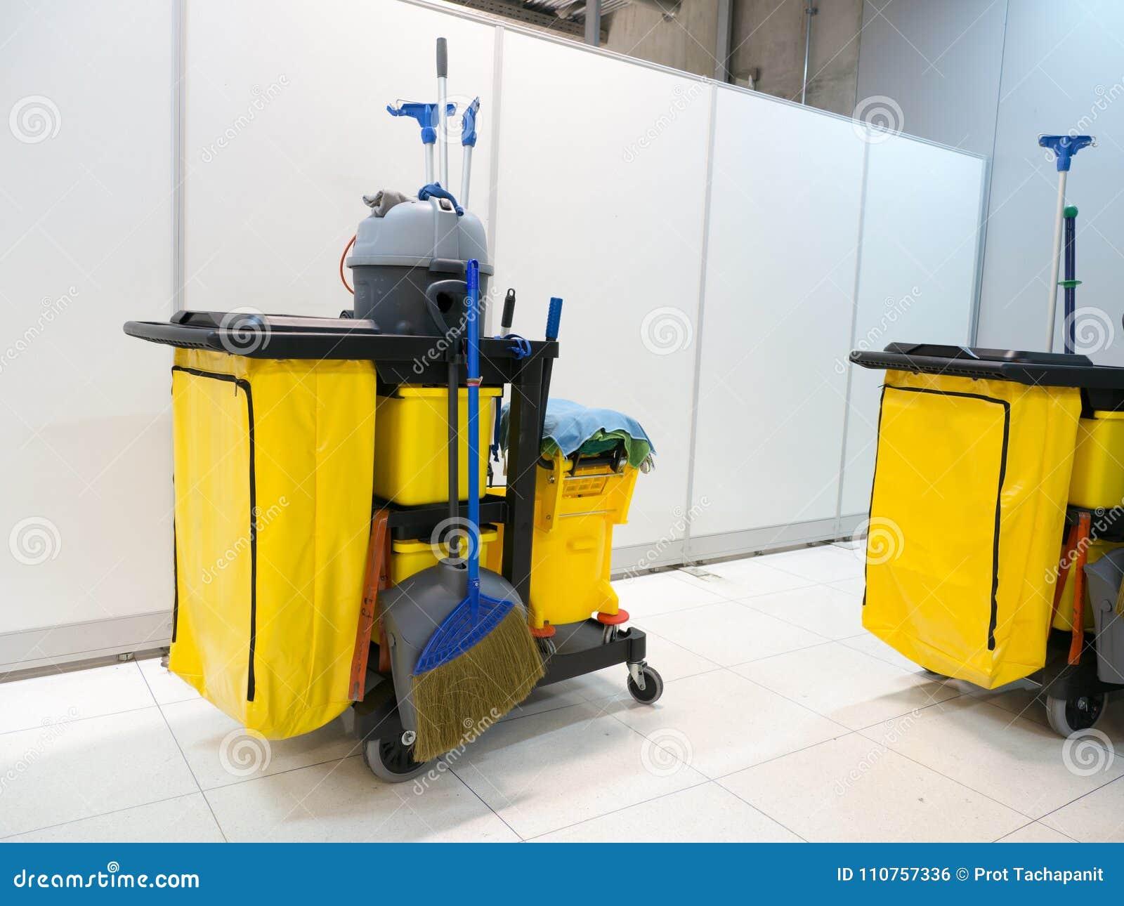 Attente de chariot d outils de nettoyage le nettoyage Seau et ensemble d équipement de nettoyage dans le bureau service de portie
