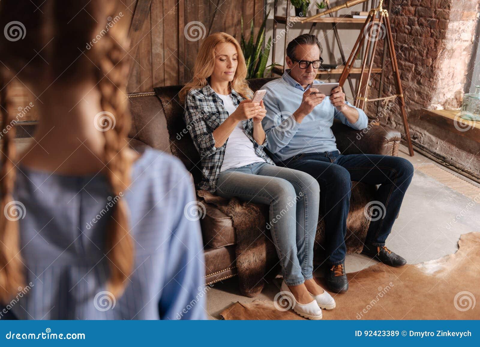 Attention de attente de parents d enfant déçu à la maison