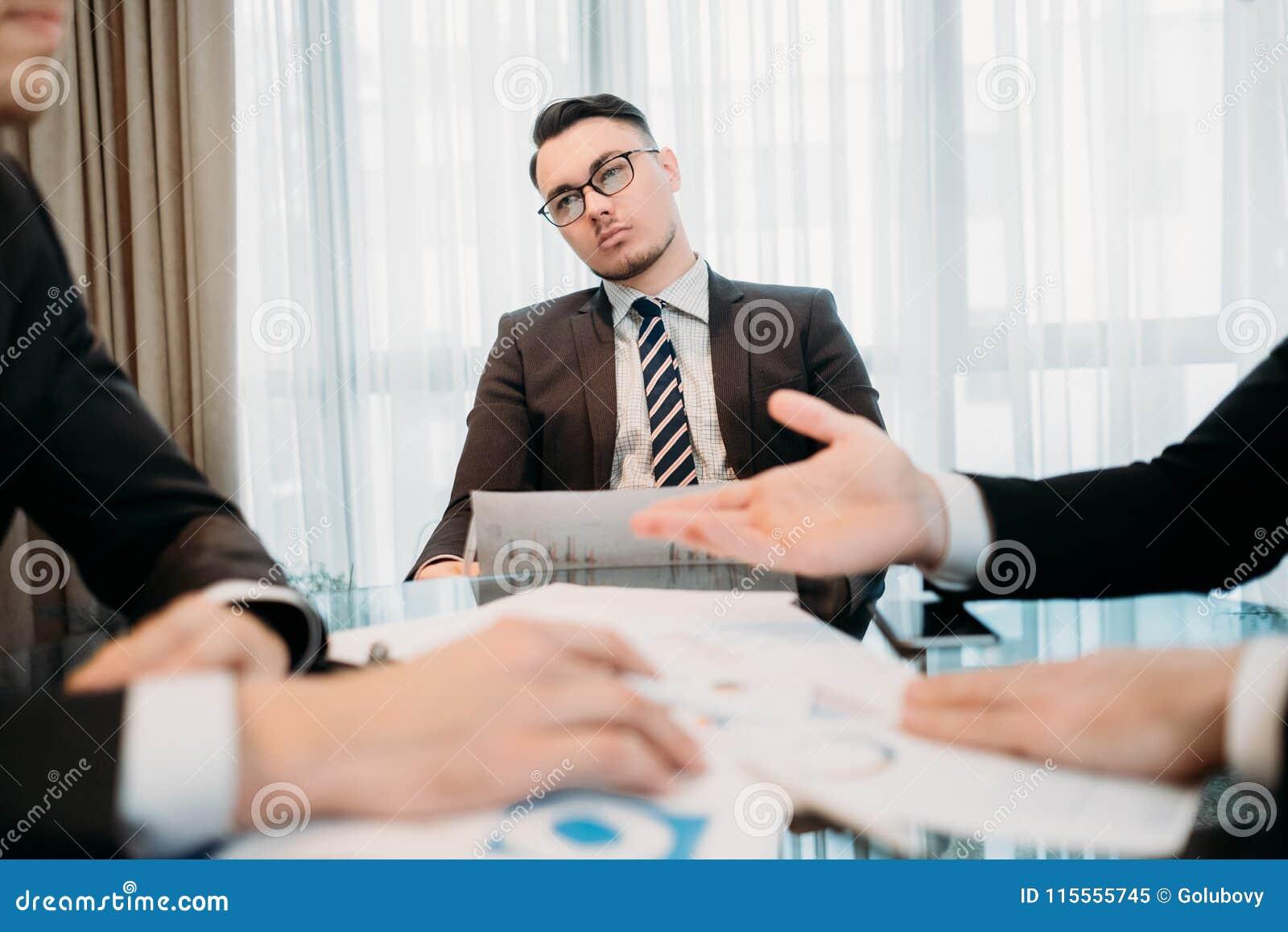 Attention de rêverie de réunion d homme d affaires du travail