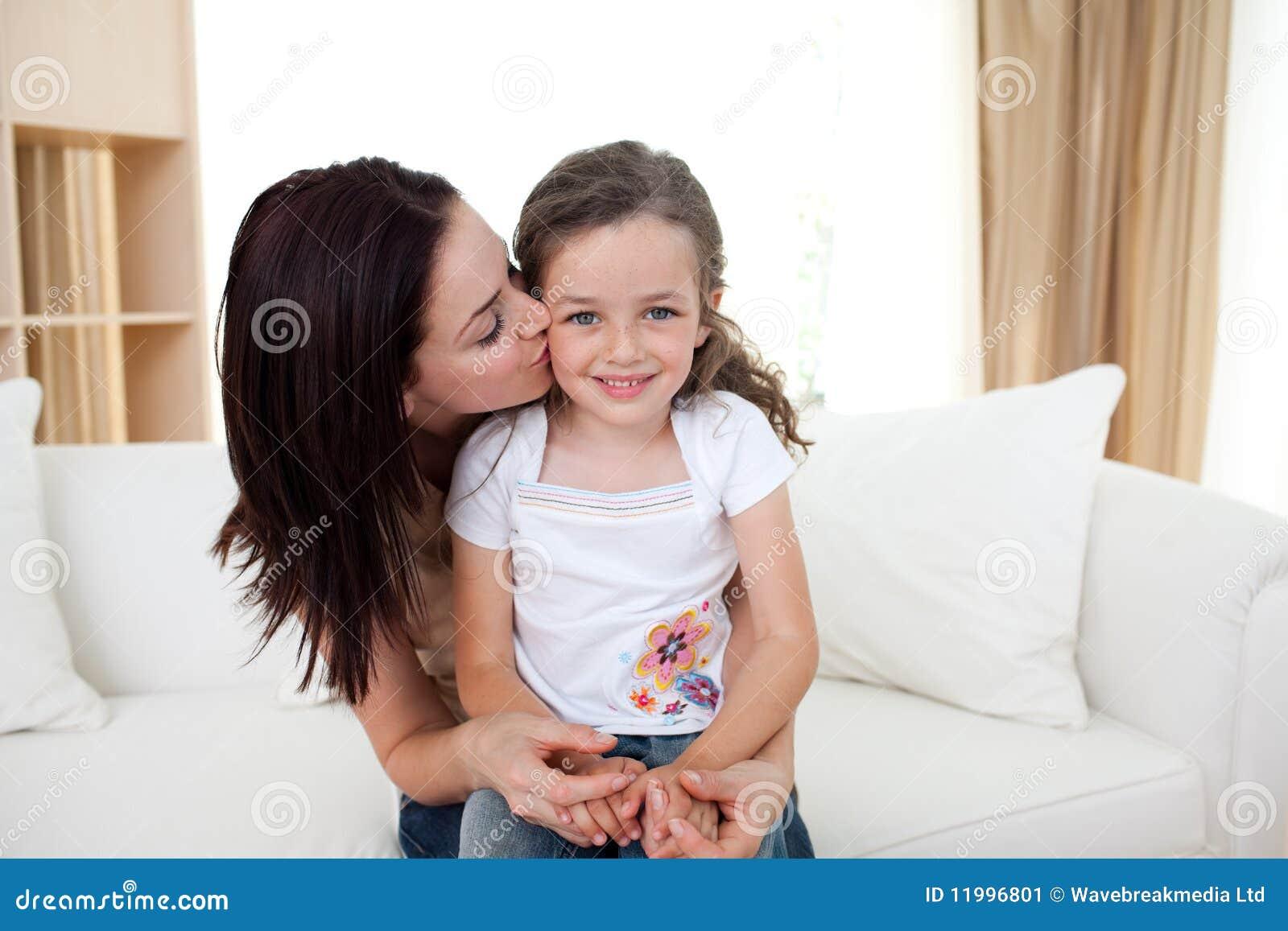 Целуется с дочкой 17 фотография