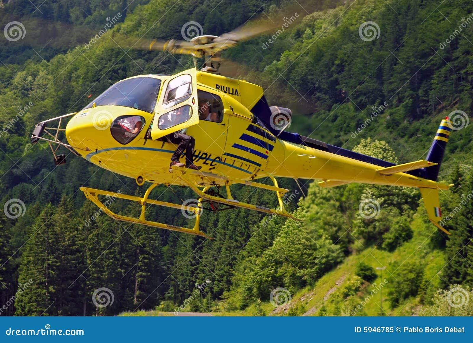 Elicottero Giallo : Atterraggio giallo dell elicottero sulle alpi di carnic