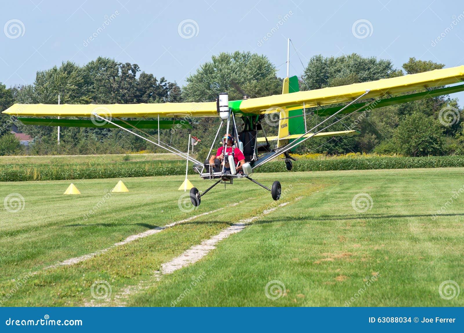 Download Atterrissage D'avion D'Aerotow Sur La Piste D'atterrissage Image stock éditorial - Image du pilote, cordons: 63088034