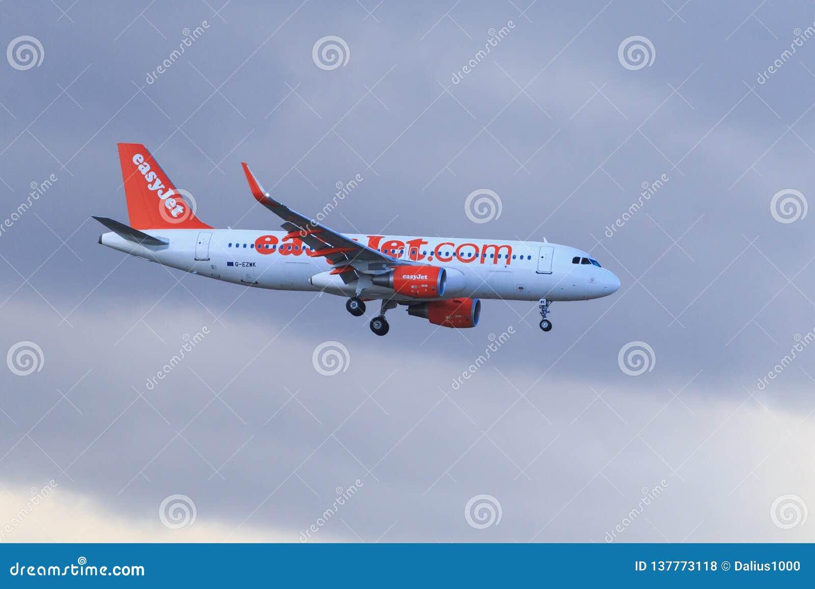 Atterrissage d easyJet d Airbus A320-214 d avion dans l aiport de Ténérife