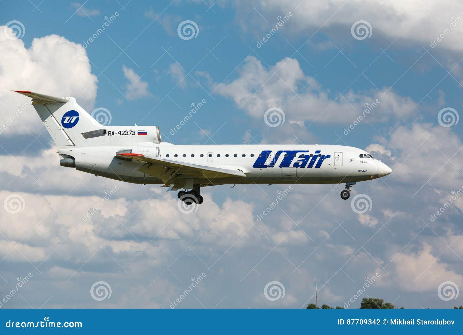 Atterrissage des lignes aériennes Yak-42 d Utair sur la piste