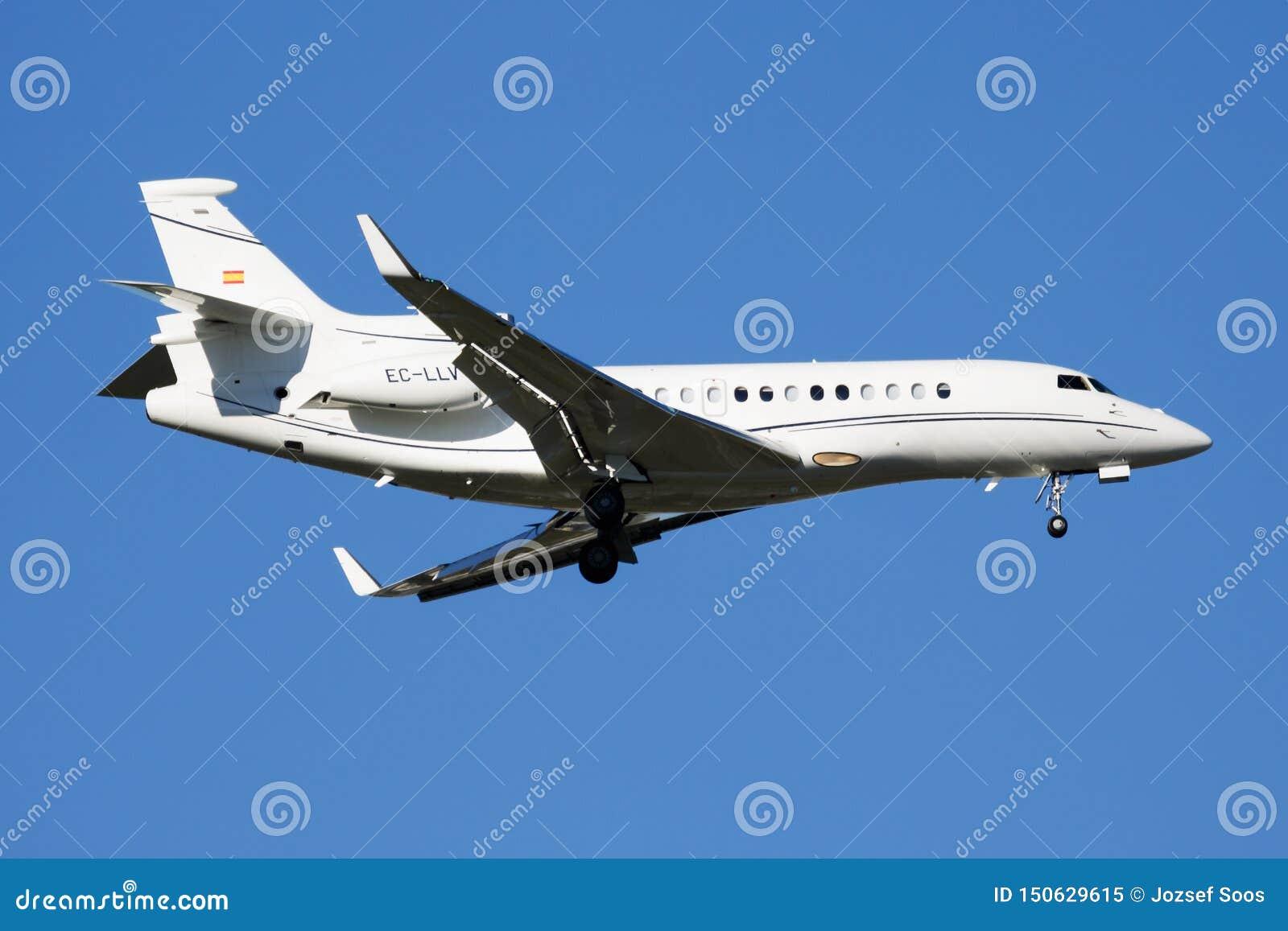 Atterrissage plat privé d avion d affaires du faucon 7X EC-LLV de Dassault à l aéroport de Madrid Barajas