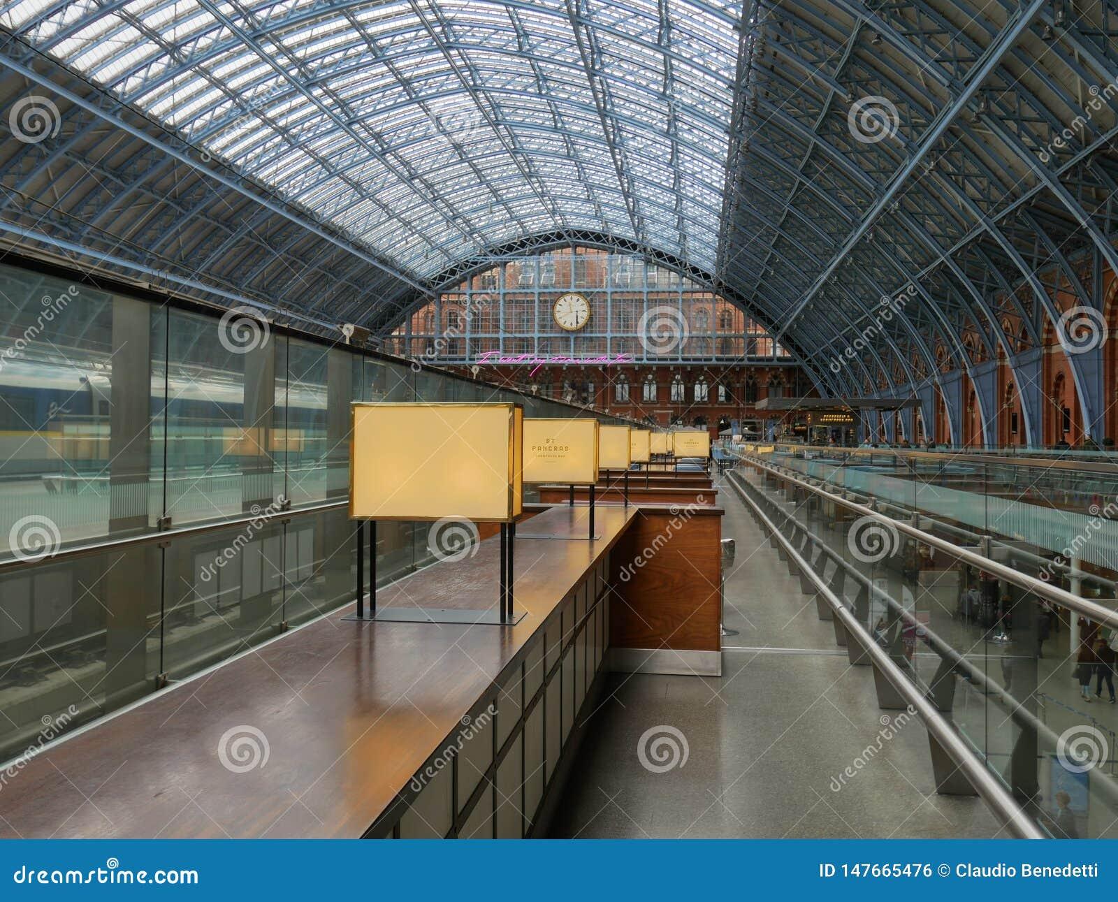 Attesa nella stazione ferroviaria