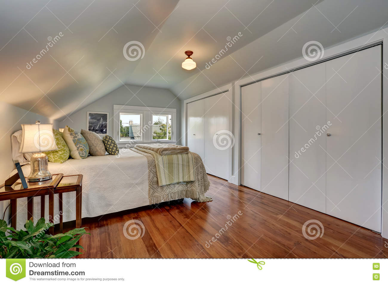 Simple design of attic bedroom with vaulted ceiling for Simple attic design