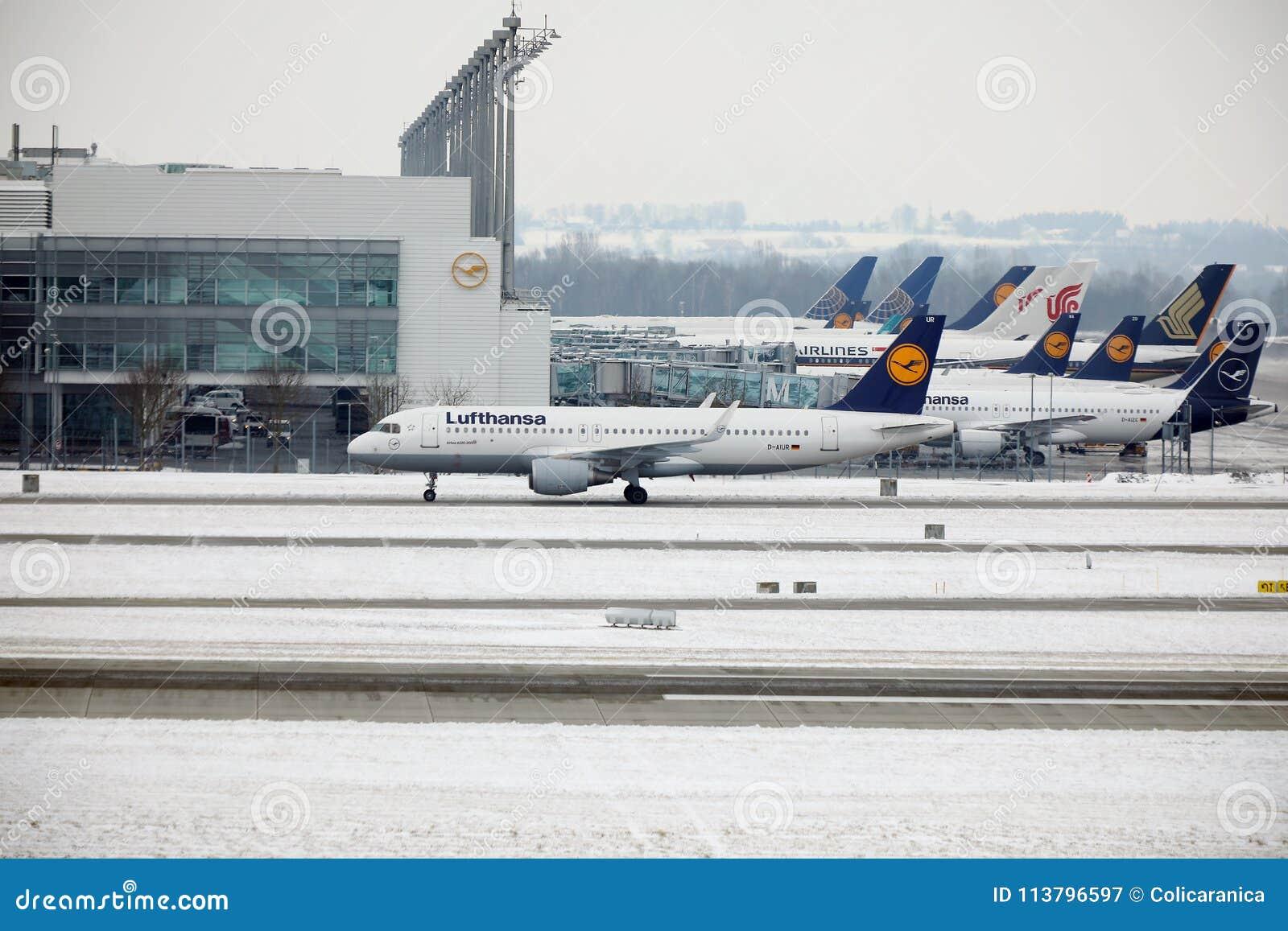 Tapis roulant al terminal aeroporto di monaco di baviera
