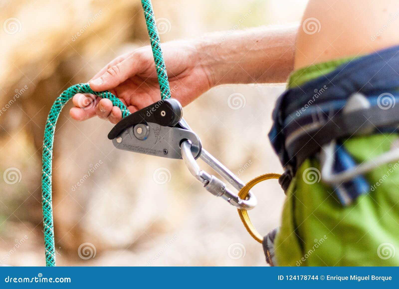 Atto del legare dello scalatore il suo partner