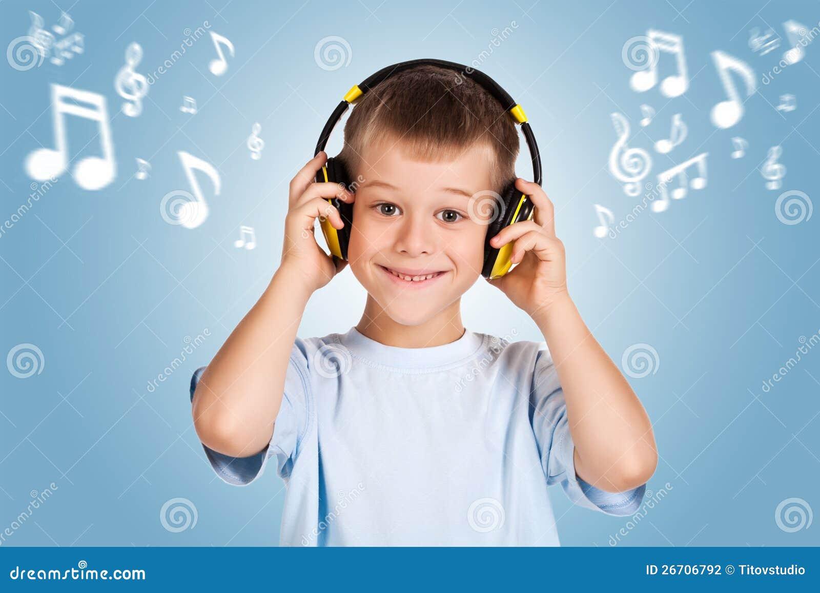 Attracive孩子是与耳机的听的音乐