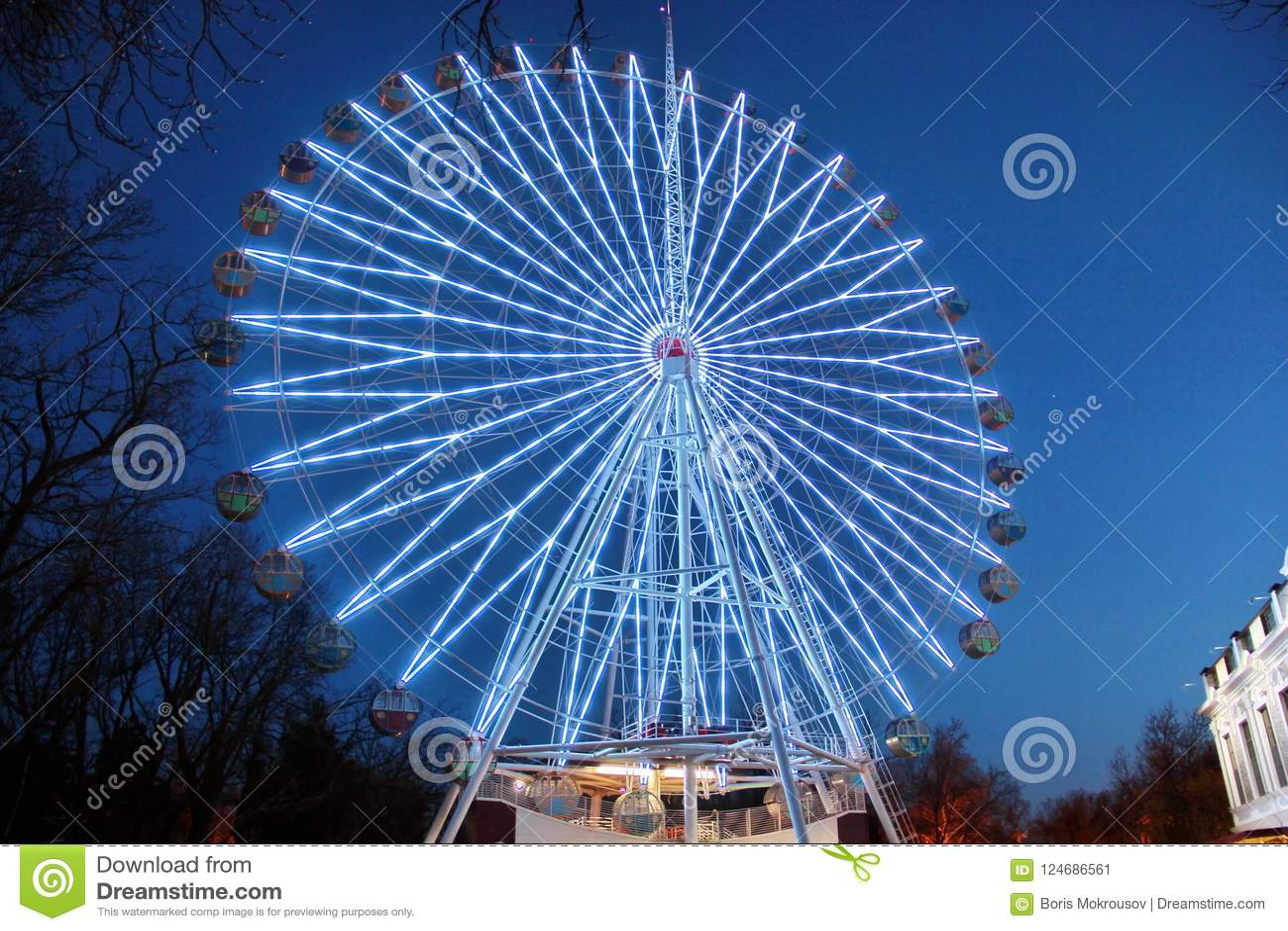 Attraction la grande roue avec des lumières en parc d attractions de nuit