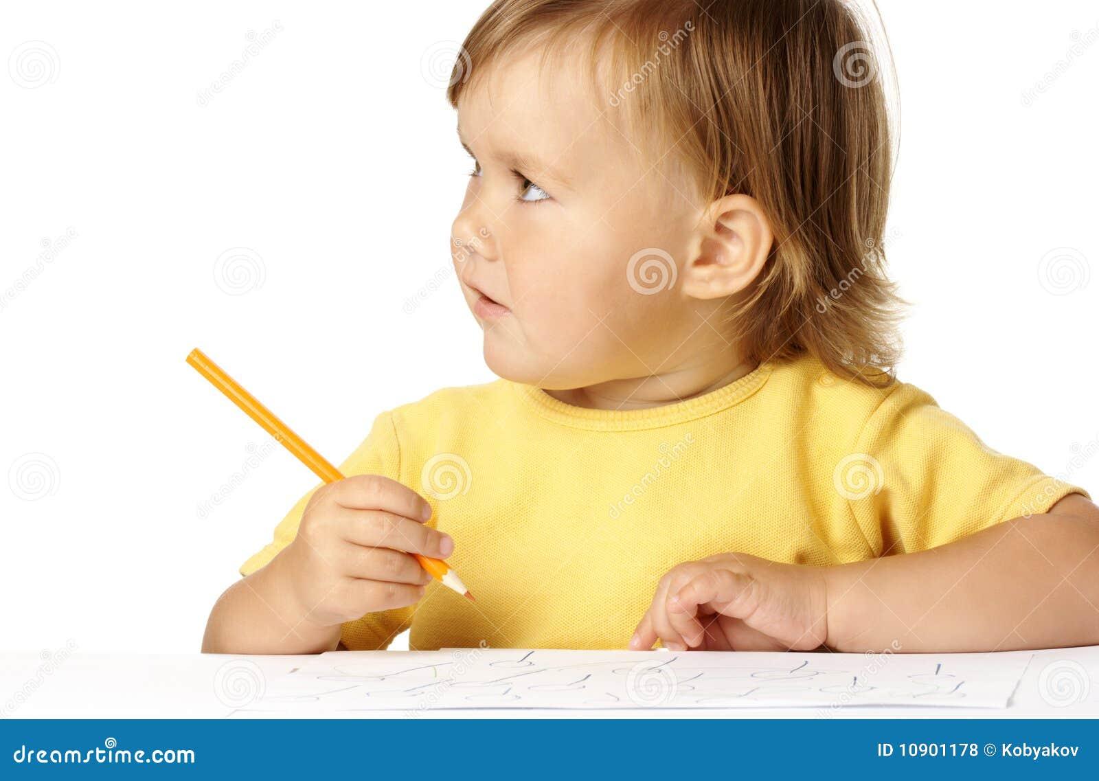 Attraction mignonne d enfant avec des crayons