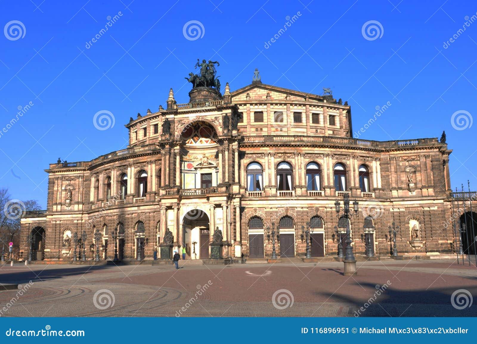 Attraction touristique : Dresdens a reconstitué l opéra de Semper