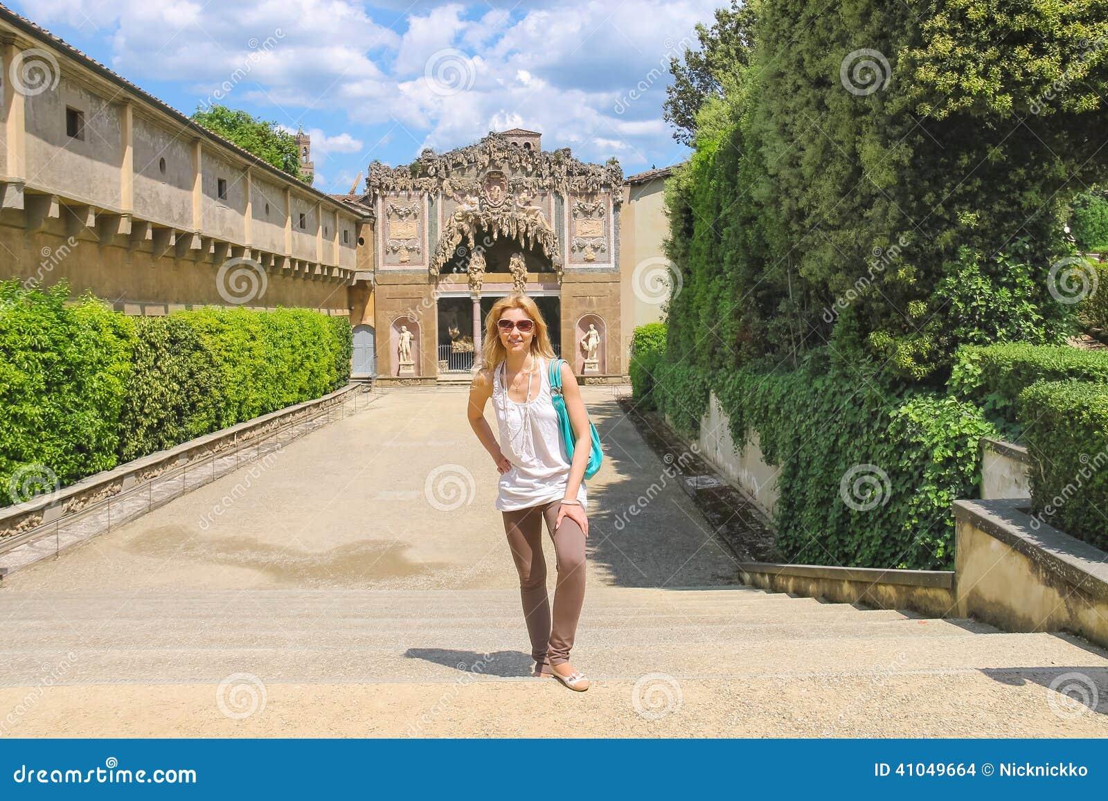 Attractive girl near the grotto buontalenti in the boboli for Jardines boboli