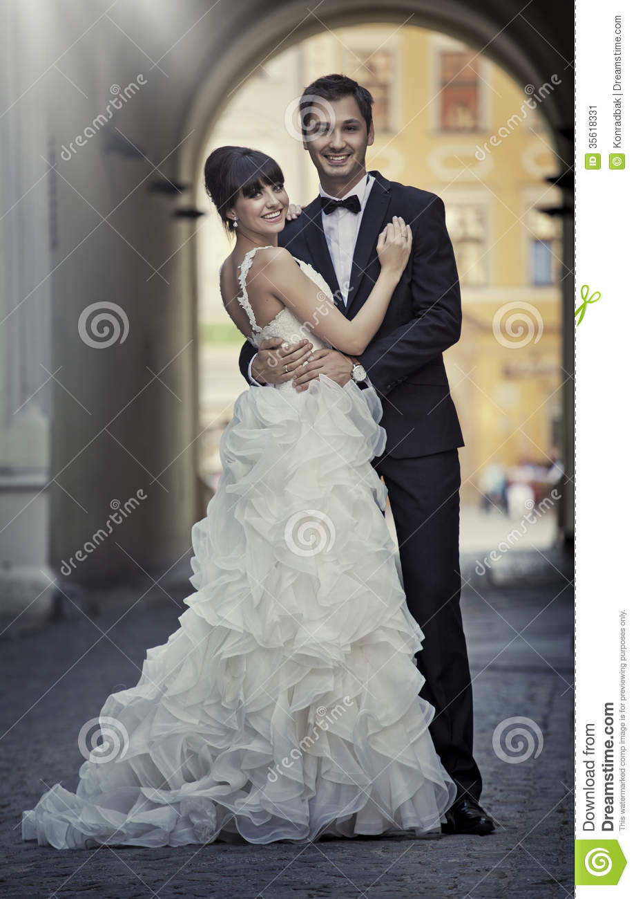 Attractive marriage couple in love pose stock image - Pose photo mariage ...