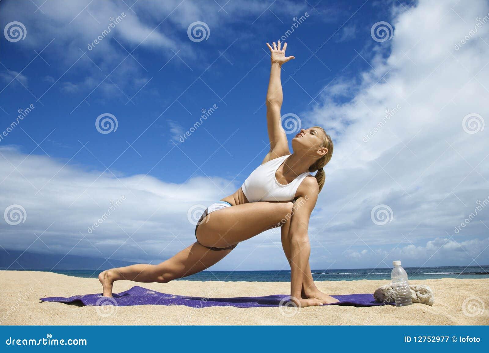 golaya-zhenskaya-yoga