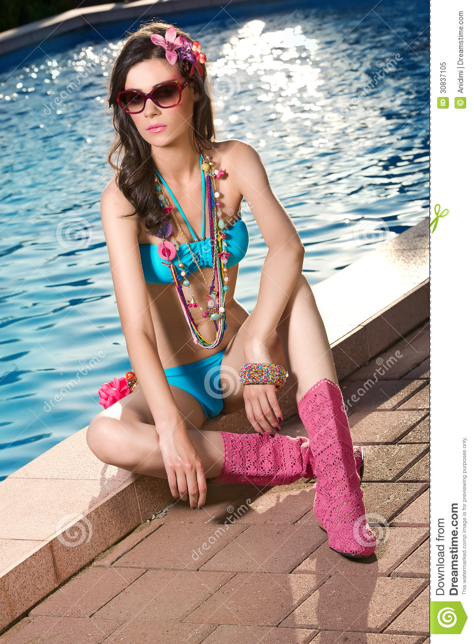 Attractivel woman posing by the pool