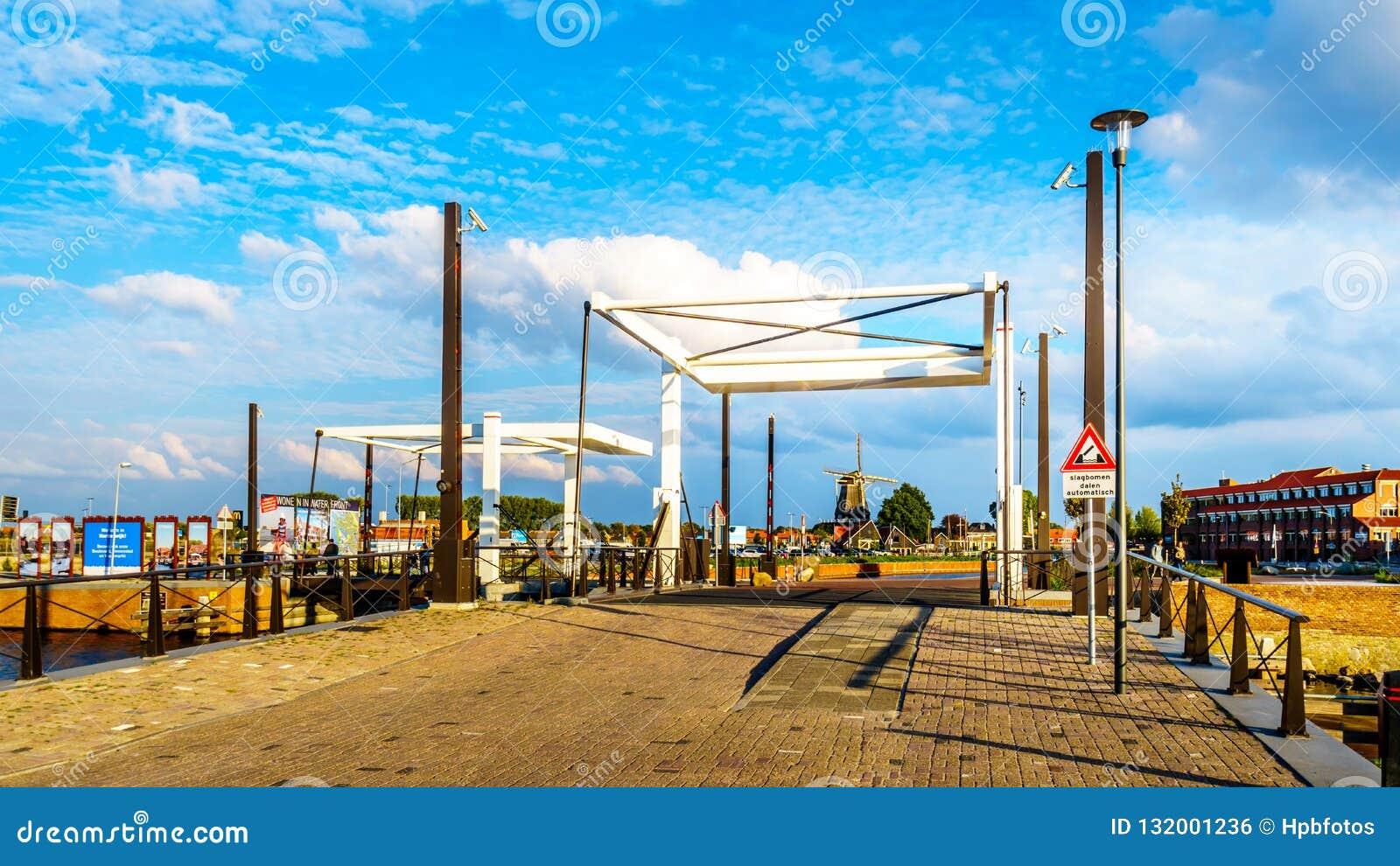Attraktionbroar över kanalerna i Harderwijk i Nederländerna