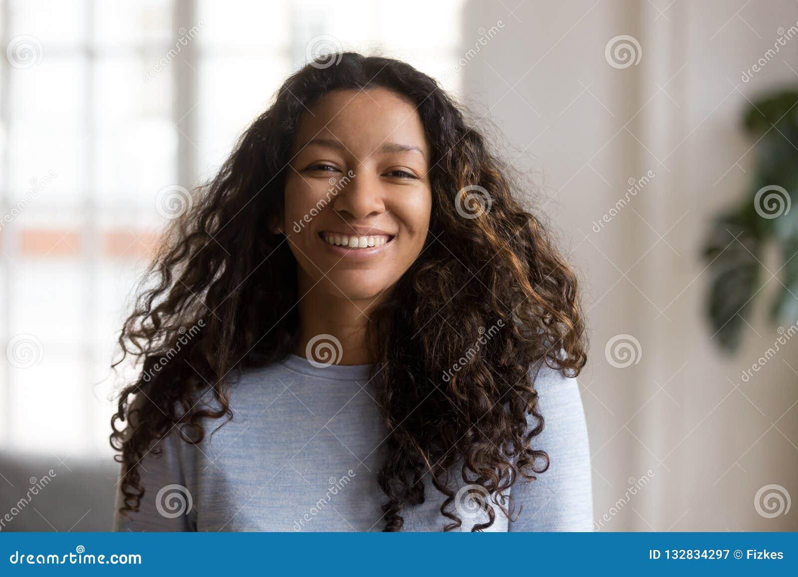 Attraktiv afrikansk amerikan för huvudskottstående som ler kvinnan