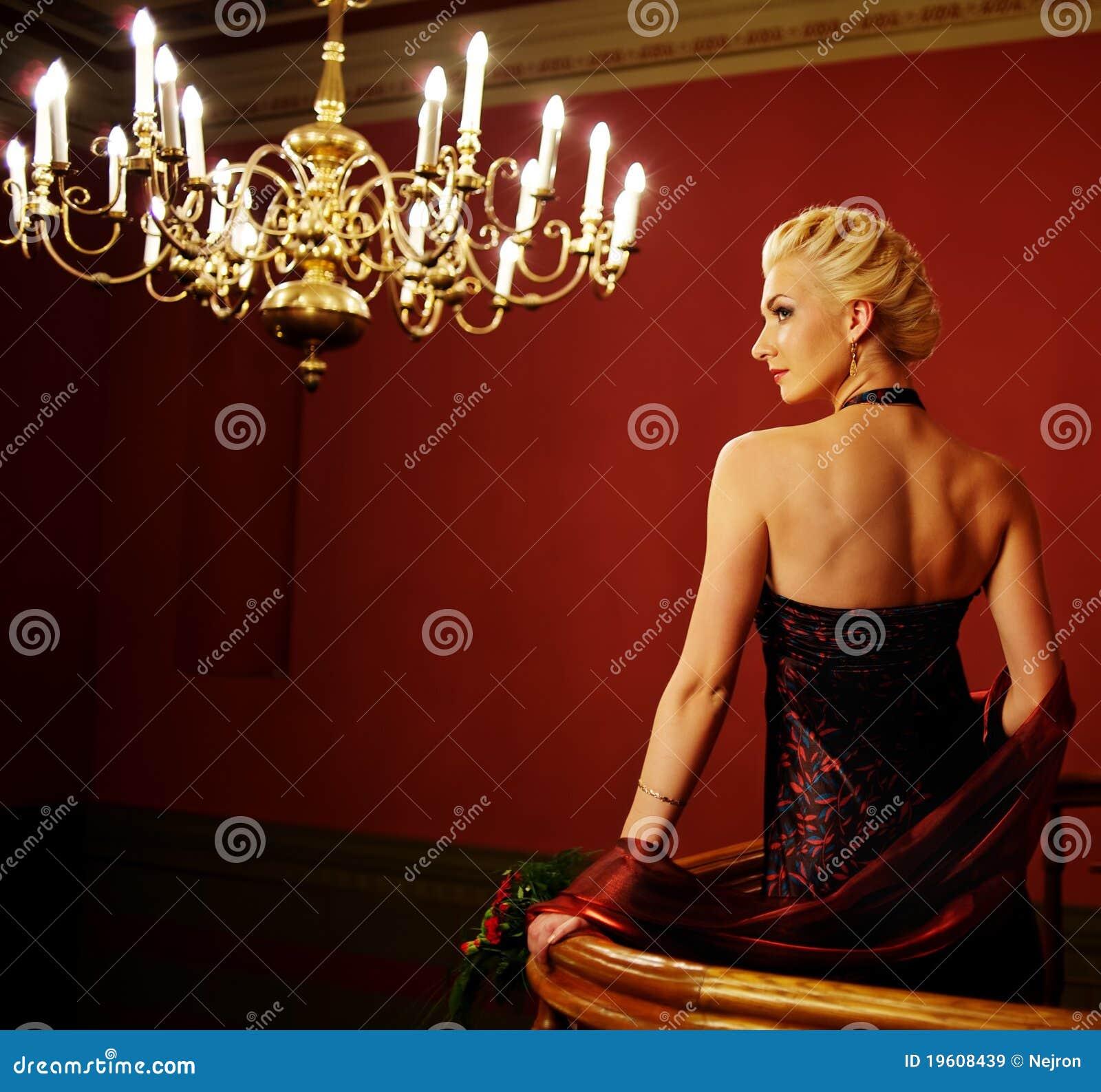 Attraktiv blond bildkvinna