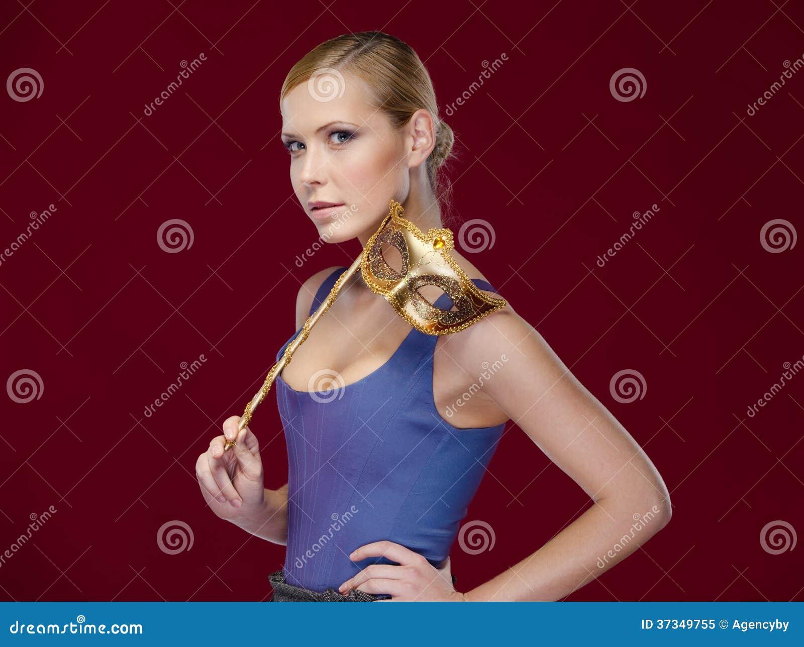 Attraktiv flicka med maskeradmaskeringen