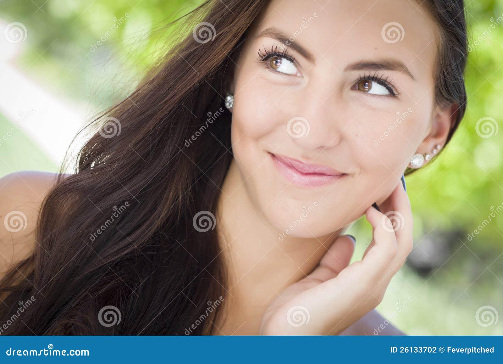 Attraktiv flickastående för blandad Race