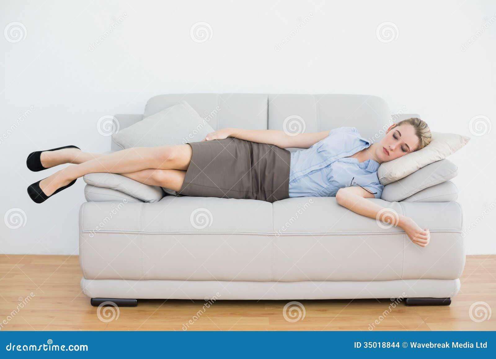 Attraktiv fridsam affärskvinna som sover att ligga på soffan