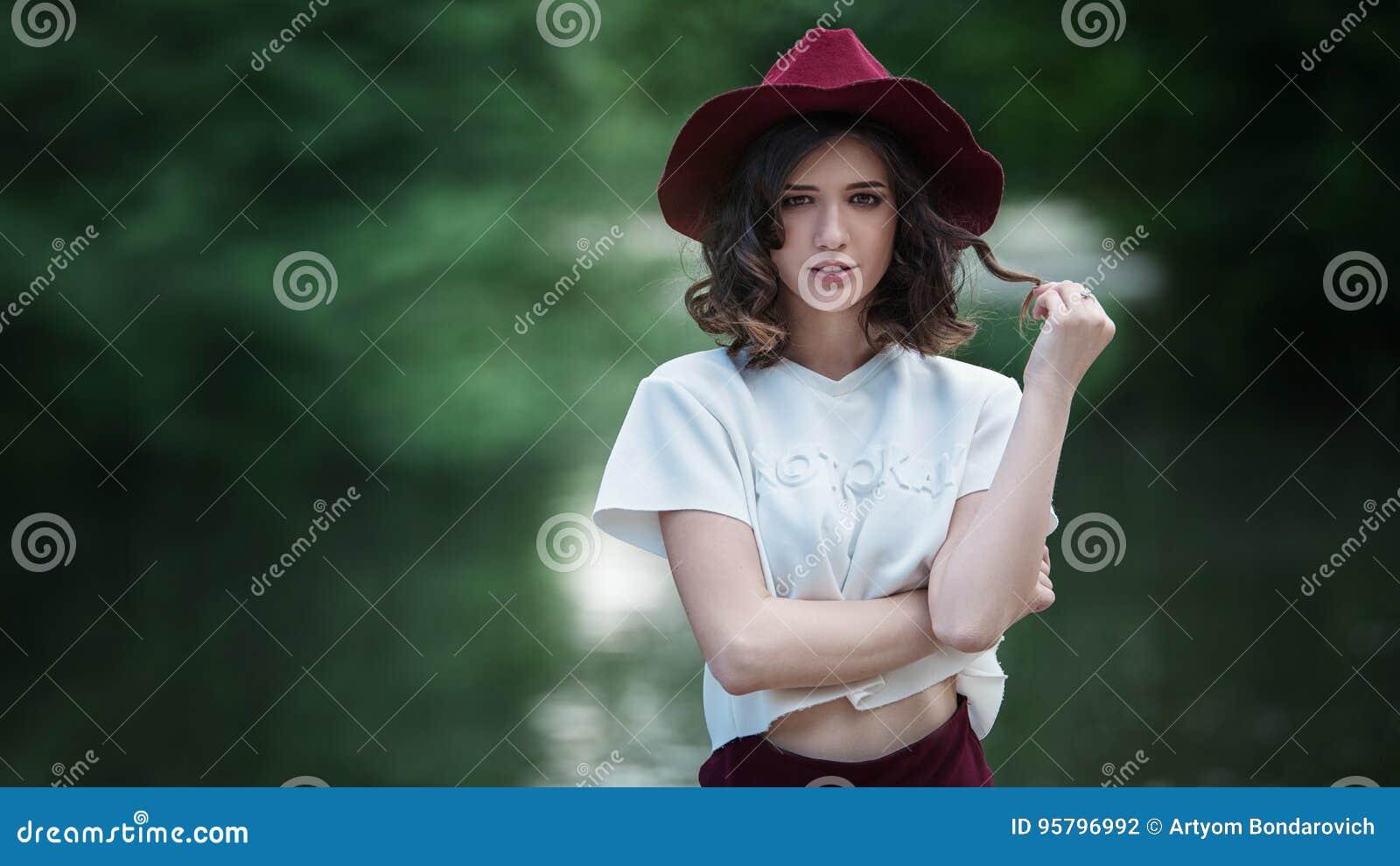 Attraktiv härlig kvinnastående i parkera på en solig dag Härlig lycklig flicka som tycker om naturen
