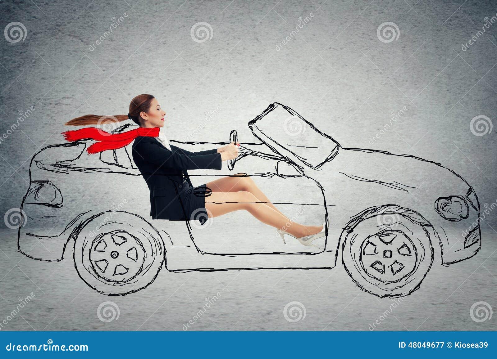 Attraktiv kvinna för sidoprofil som kör bilen